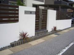 門柱には、スタイリッシュな印象のポスト・表札・インターホン一体型の商品を配置