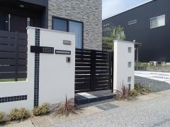 黒のモザイクタイル張りとガラスブロックでスタイリッシュな門柱のイメージで