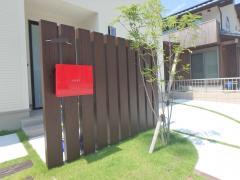 門柱は目隠しの要素と子供さんの飛び出される事の防止の意味で、あえて、玄関真ん前にレイアウト