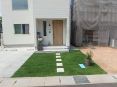 玄関前には天然芝の姫高麗芝を敷き、緑の映えるアプローチに。